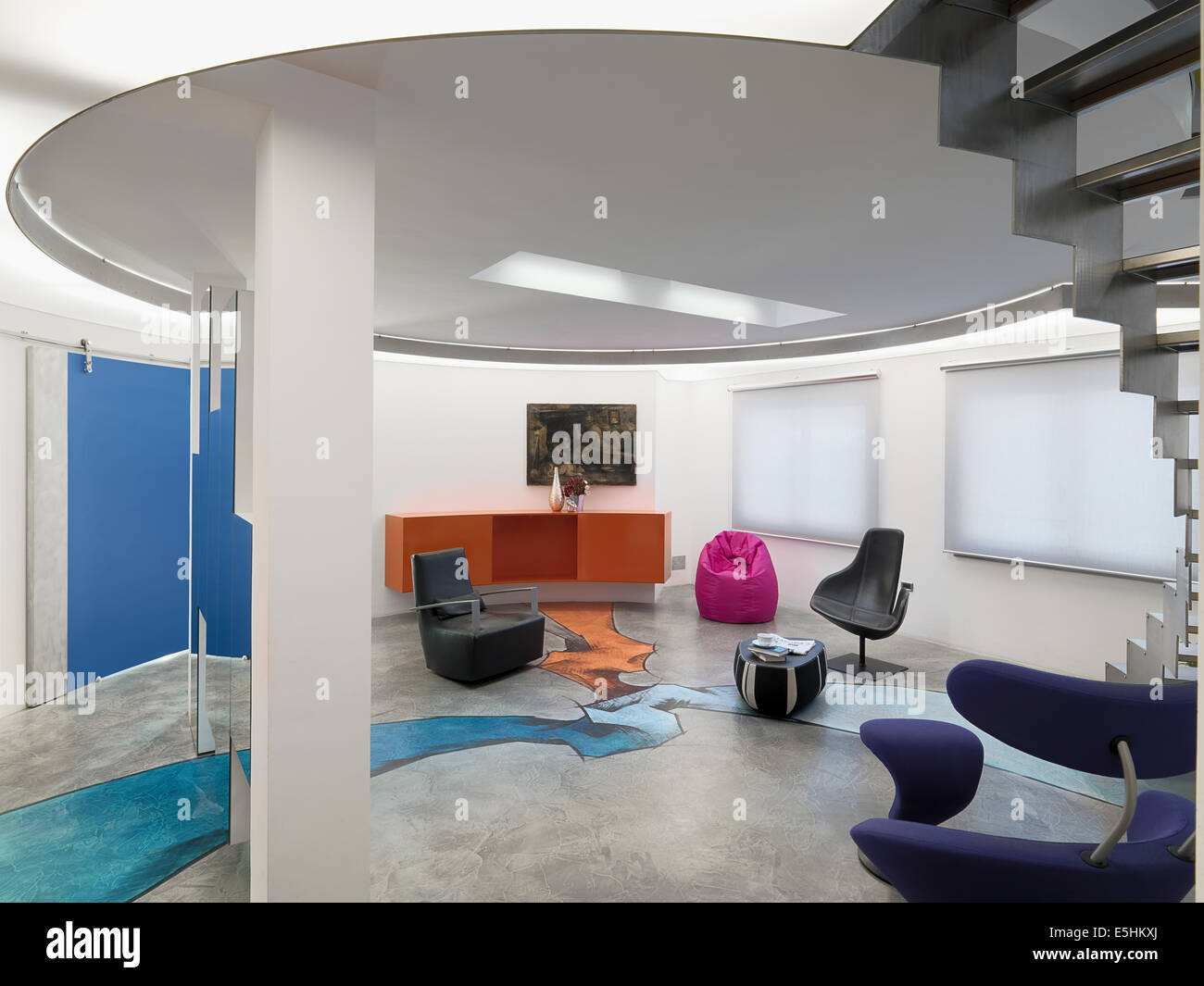 Innenansicht aus einem modernen Wohnzimmer mit Harz Boden und Treppe ...