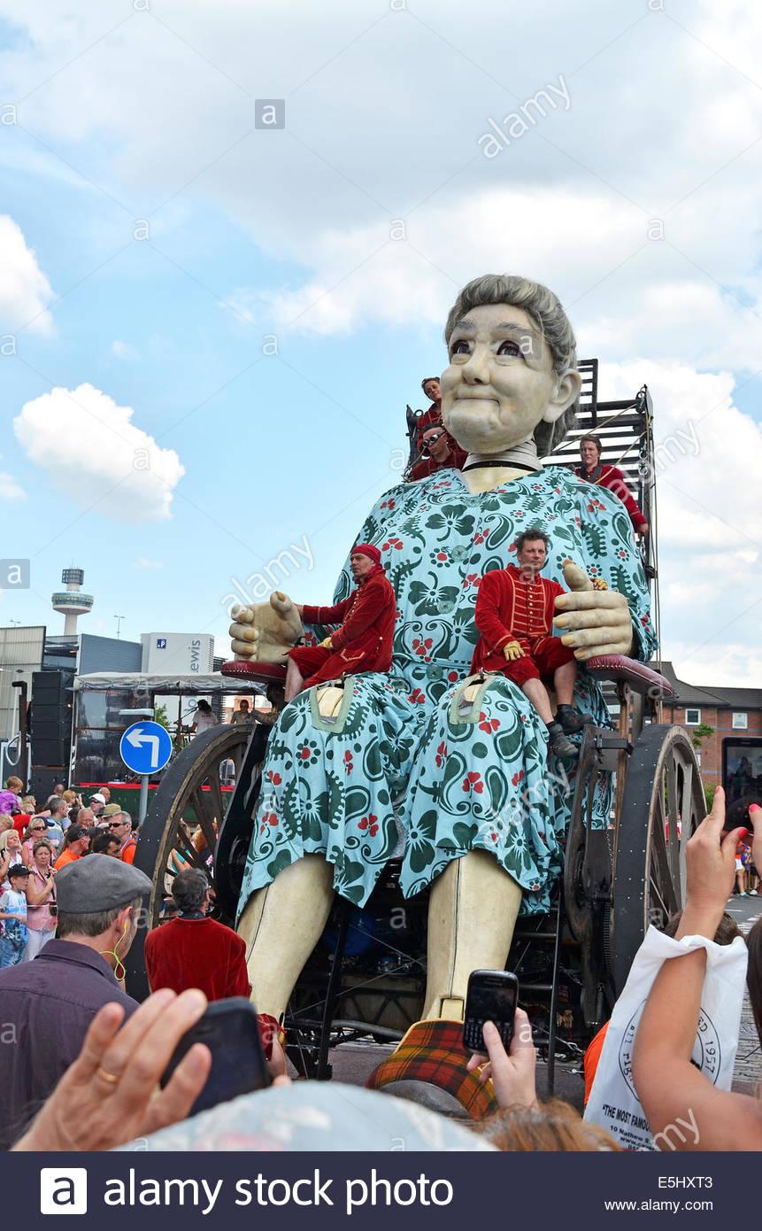 """""""Oma"""" Royal de Luxe-Giganten in Liverpool, Vereinigtes Königreich als Teil der 1. Weltkrieg hundertjährigen Erinnerungen Stockfoto"""