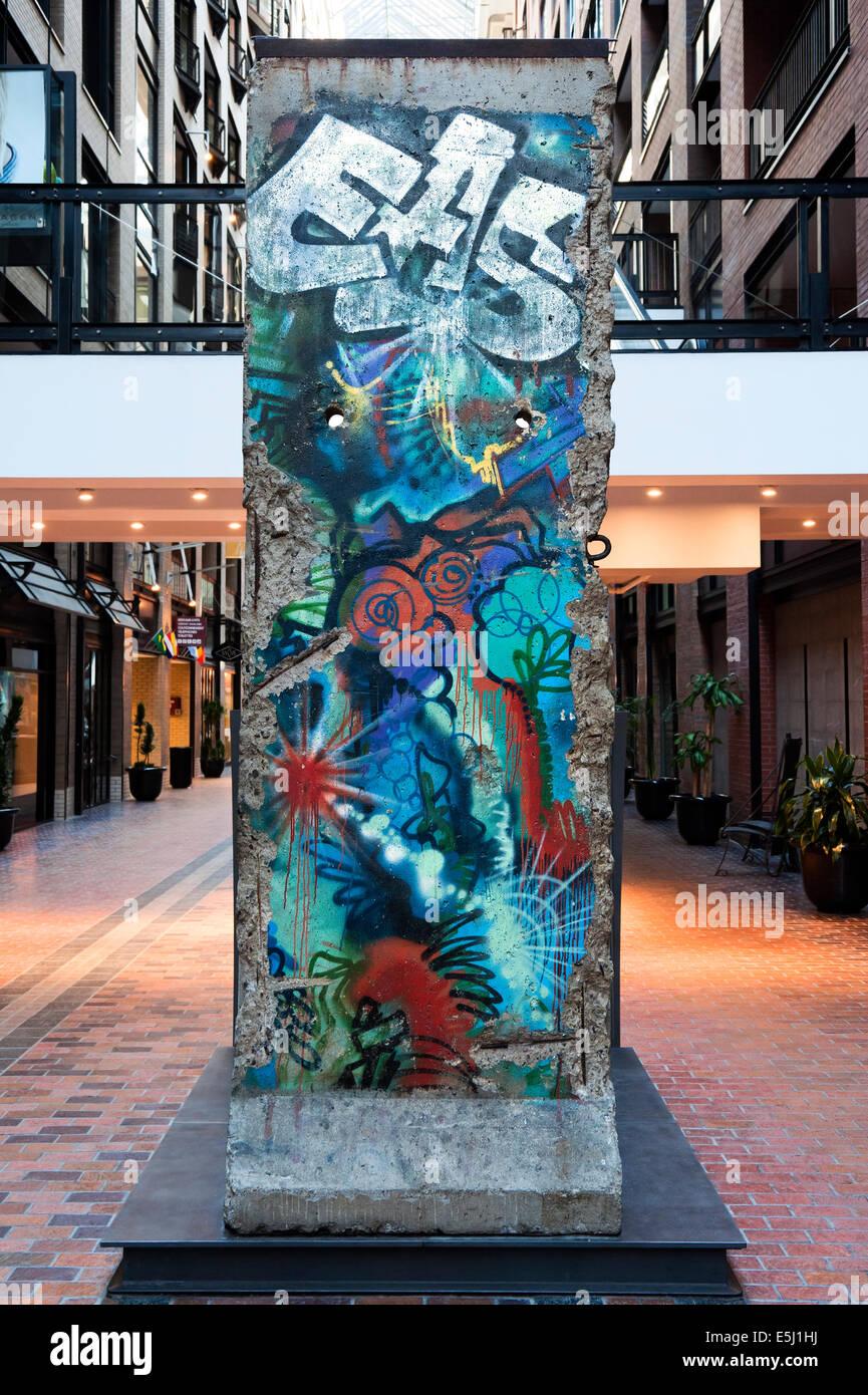 Stück der Berliner Mauer am Centre de Commerce Mondial (World Trade Center) in Montreal, Québec, Kanada. Stockbild