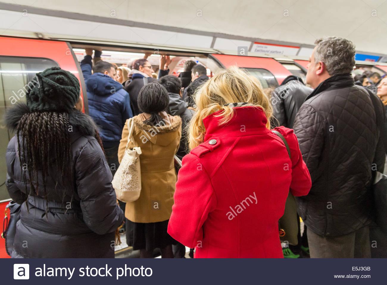 Die pendler Board überfüllten Central Line U-Bahn Wagen während der morgendlichen Rush hour, England, Stockbild