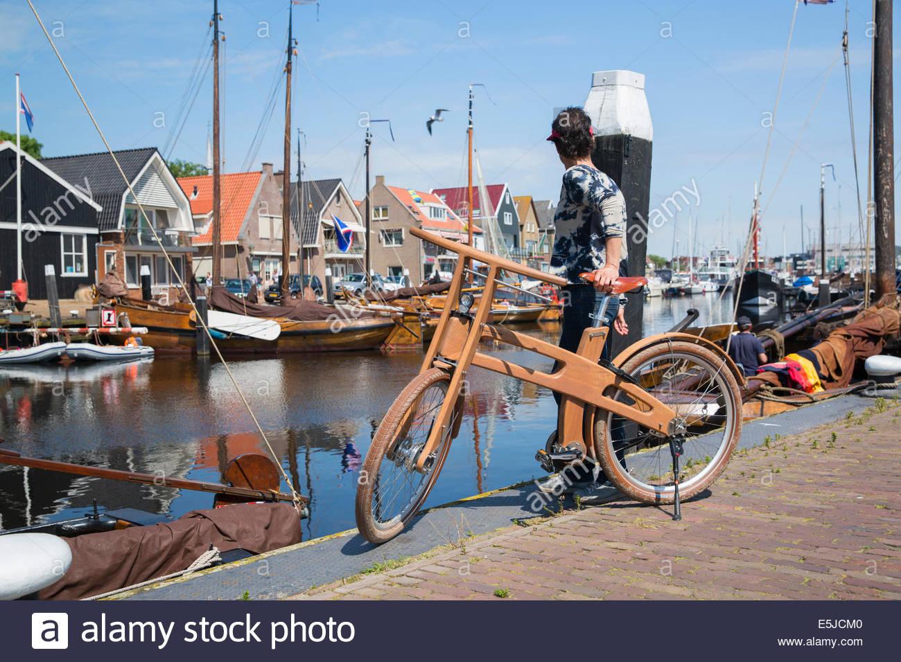 niederlande urk ast fahrrad vor traditionellen. Black Bedroom Furniture Sets. Home Design Ideas