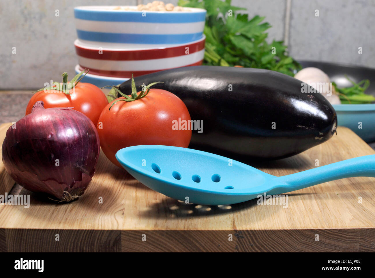 Vegetarische Küche Konzept mit Auberginen, Karotten, Tomaten und roten Zwiebeln mit getrockneten Kichererbsen Stockbild