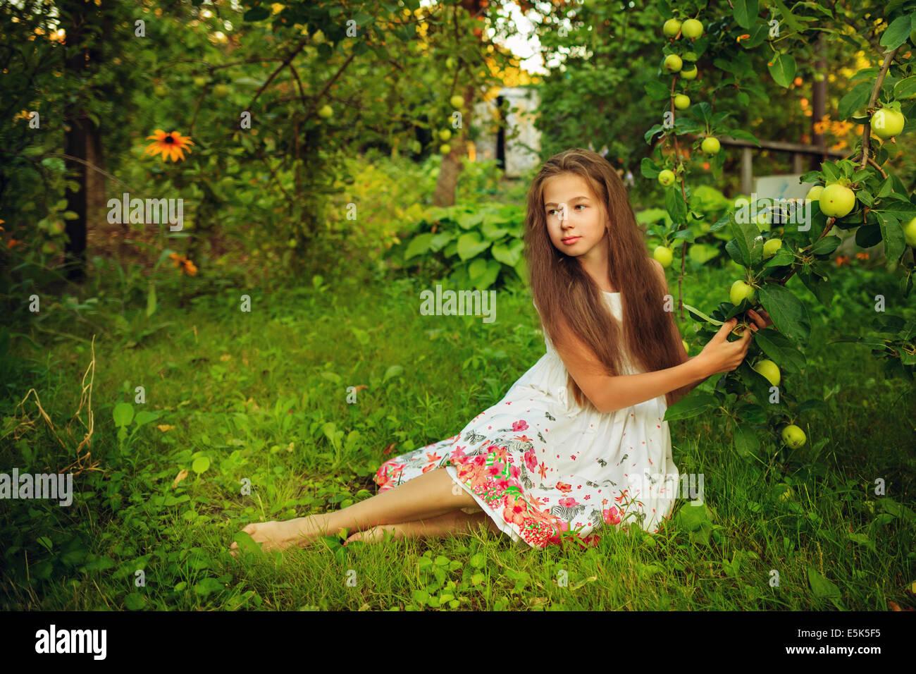 Cute Teenies Madchen Geht Barfuss Im Garten In Der Nahe Der Apfelbaum