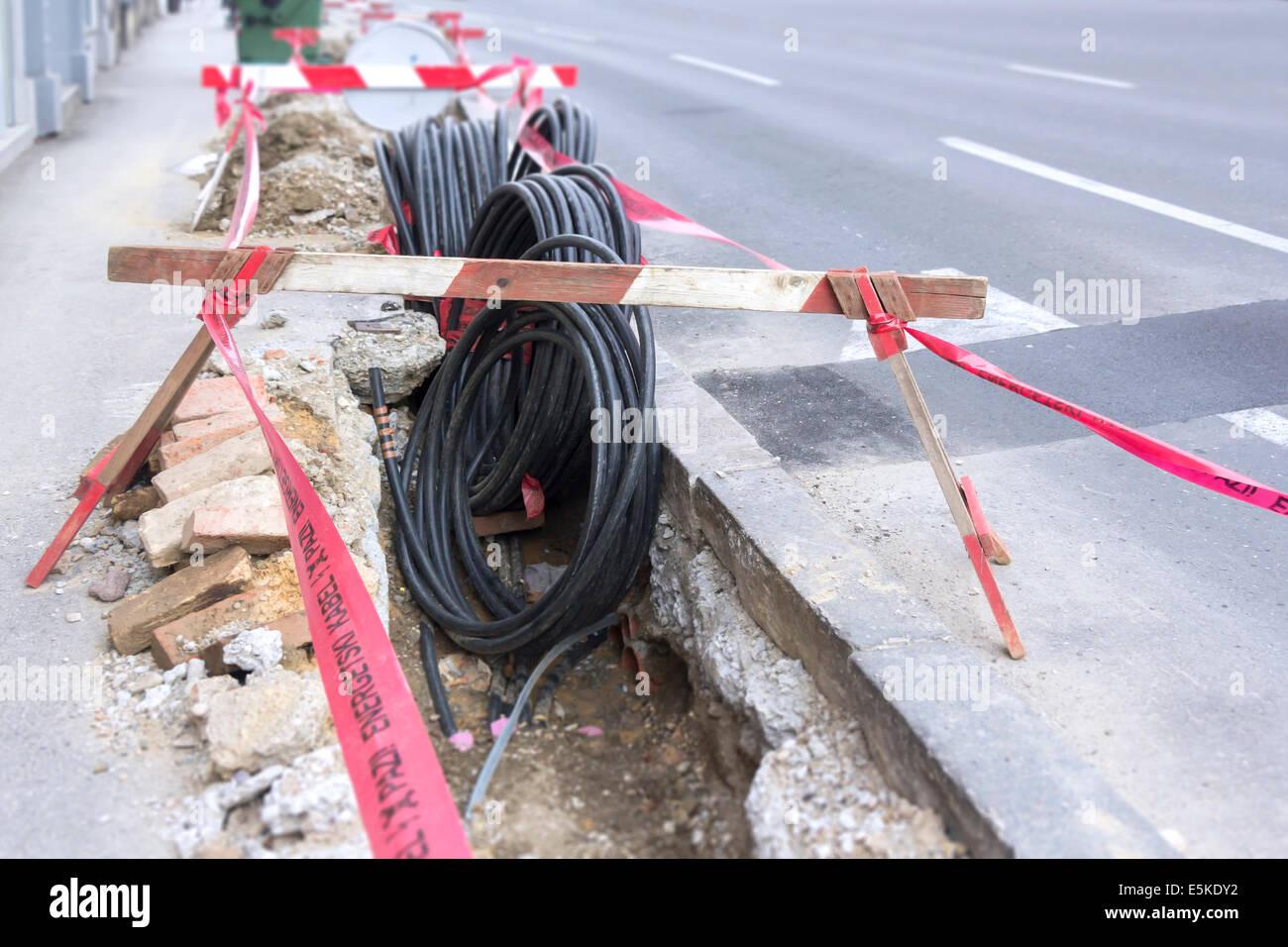 road-ausgrabung auf einer baustelle in leerrohre für die verlegung