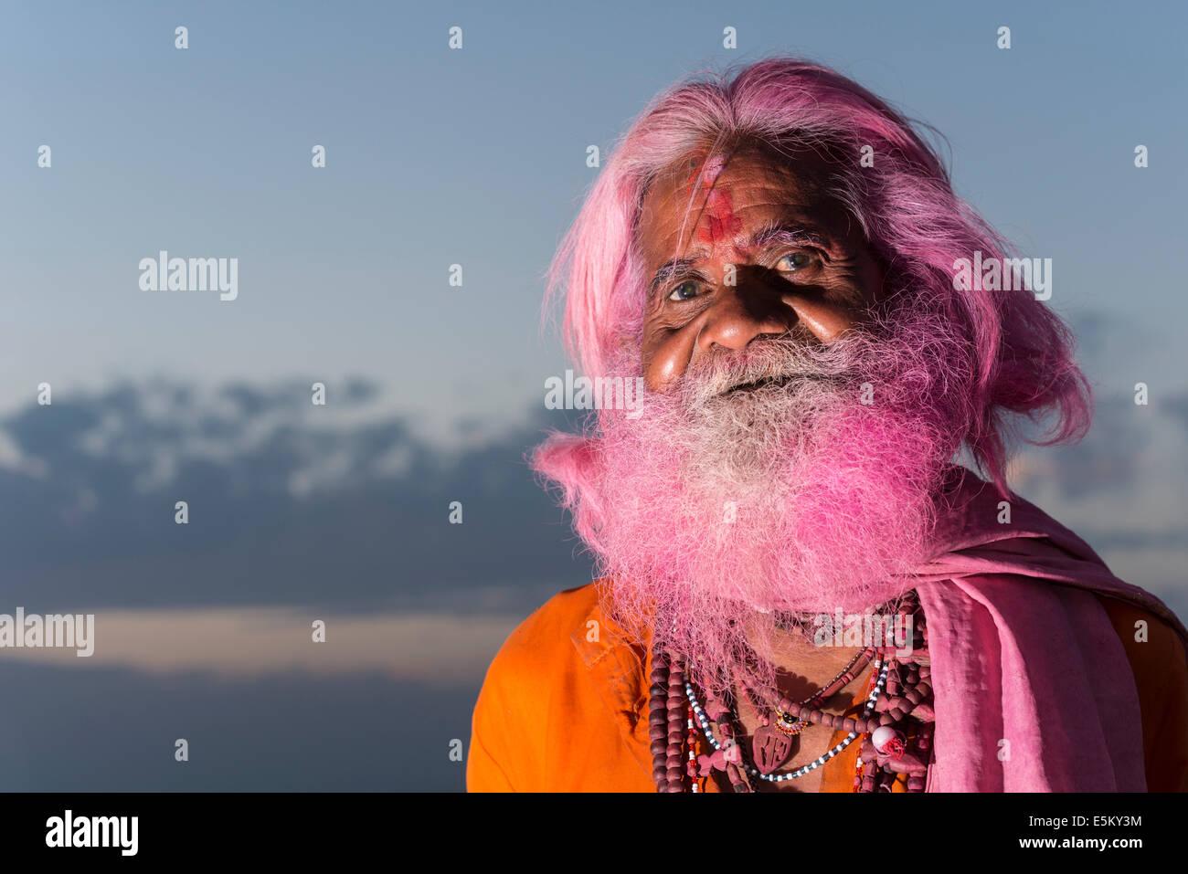Porträt eines alten Mannes mit einem rosa Bart auf dem Holi Festival, Vrindavan, Uttar Pradesh, Indien Stockbild