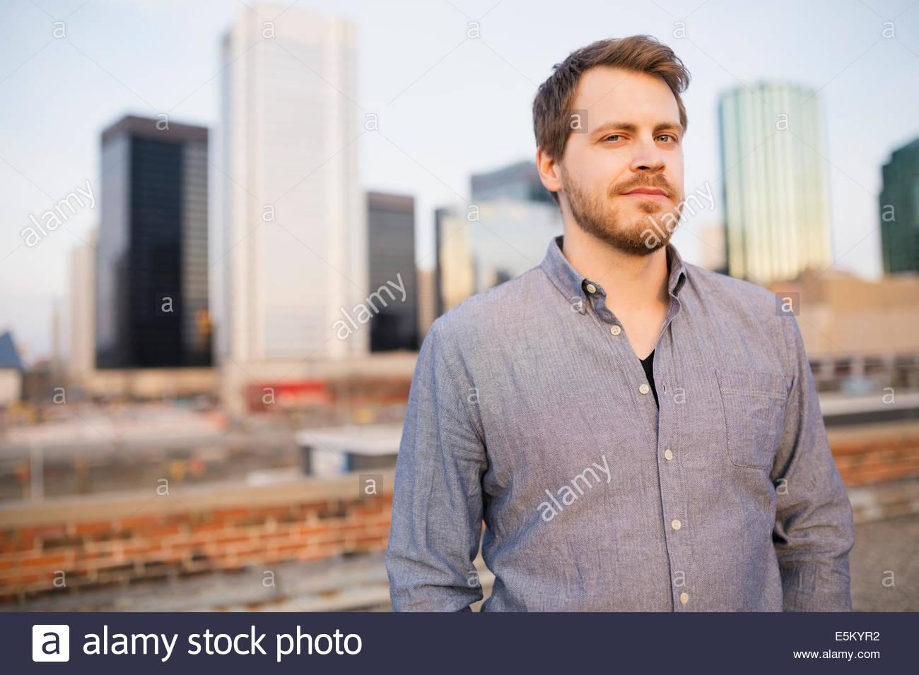 Porträt des Mannes auf städtischen Dach Stockbild