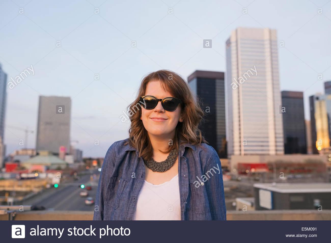 Porträt der lächelnde Frau auf städtischen Dach Stockbild