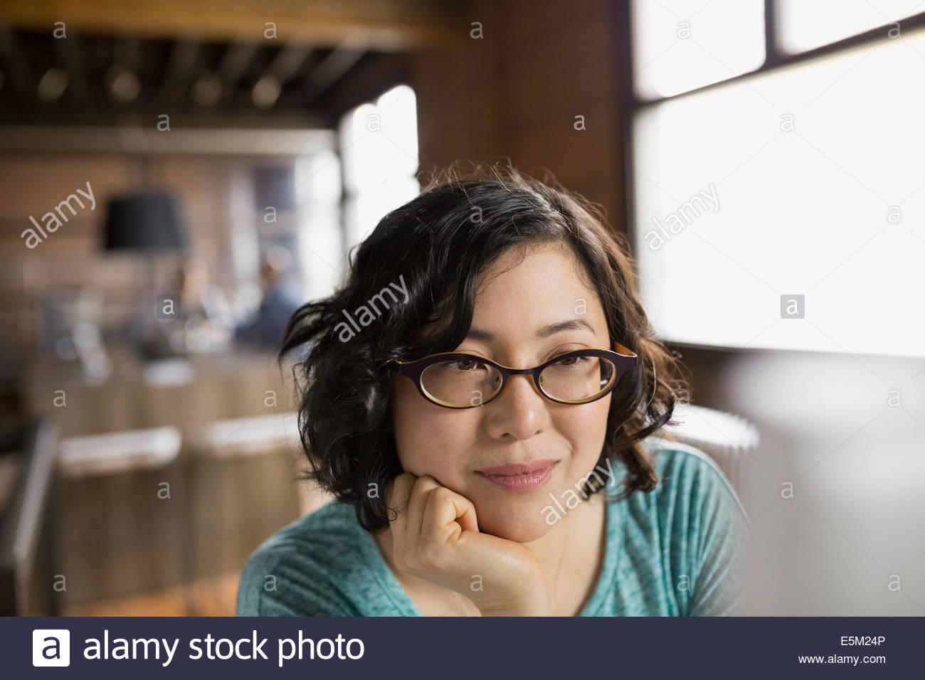 Nahaufnahme von Geschäftsfrau am Computer im Büro Stockbild