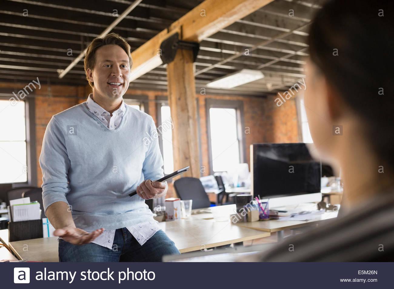 Geschäftsleute im Gespräch im Büro Stockbild