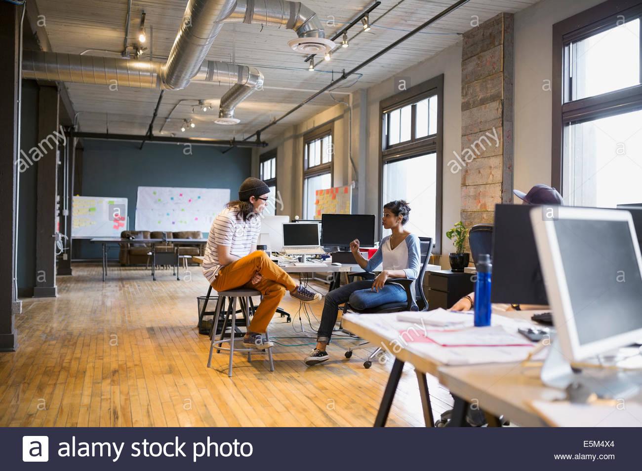 Kreative Geschäftsleute arbeiten im Büro Stockbild