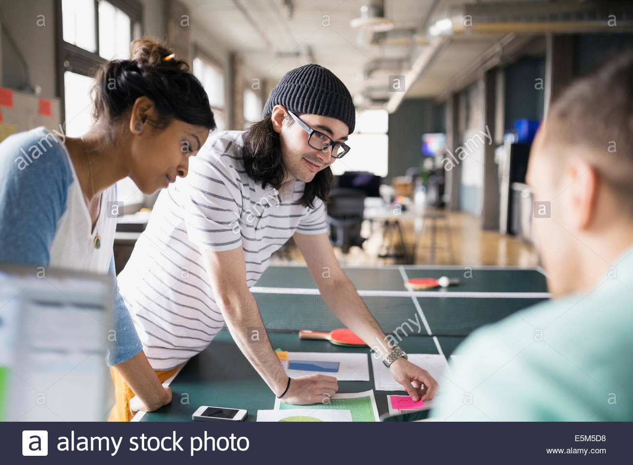 Kreative Geschäftsleute treffen im Büro Stockbild