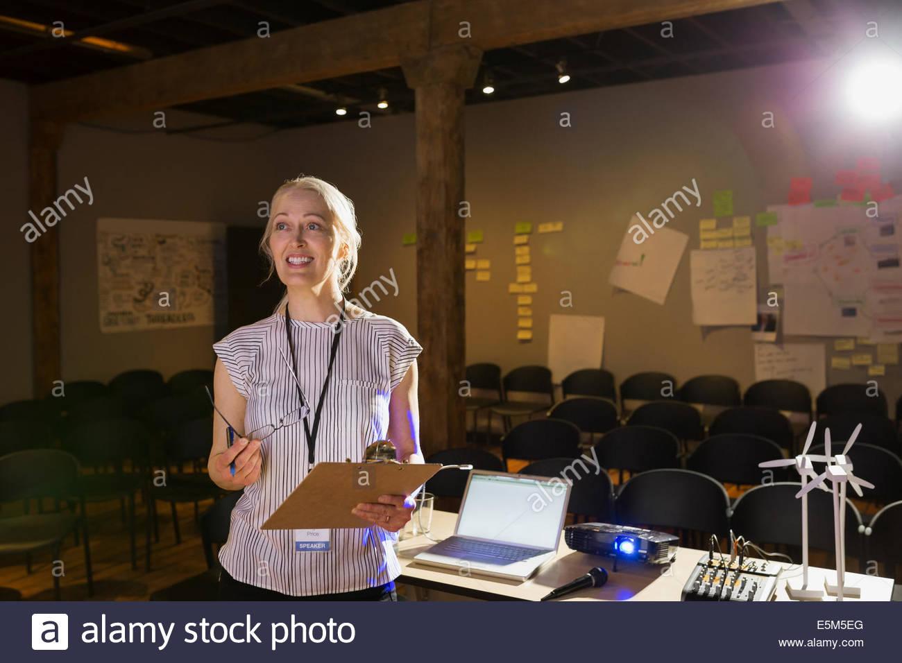 Lautsprecher mit Zwischenablage Präsentation vorbereiten Stockbild