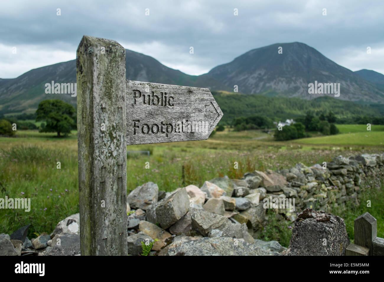 Ein Finger-Post weist den Weg in den Fjälls rund um Crummock Wasser in Englash Lake District, Cumbria, England. Stockbild