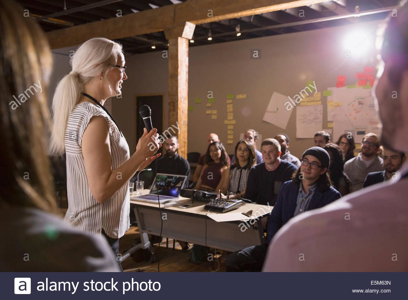 Publikum hören Lautsprecher Stockbild