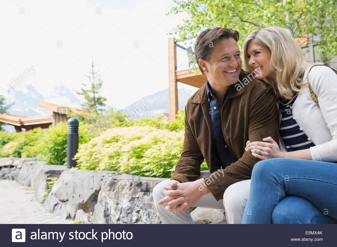 Paar umarmt vor dem hotel Stockbild