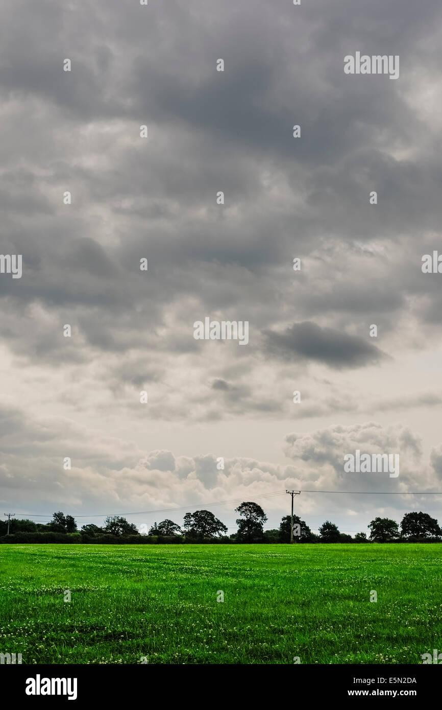 Dark Cloudy Sky Green Field Stockfotos & Dark Cloudy Sky Green Field ...