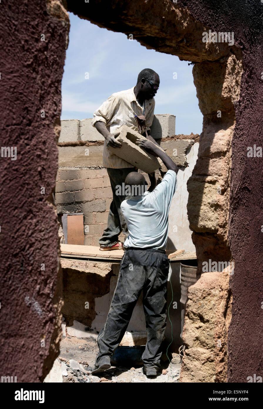 Wiederaufbau von Häusern nach der zivilen Gewalt im November 2008 in der Stadt Jos, Nigeria Stockbild
