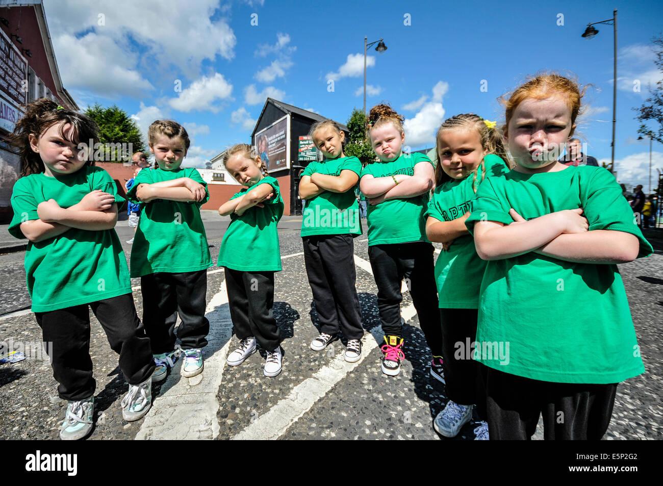 """Belfast, Nordirland. 3. August 2014. Sieben junge Mädchen zeigen """"Haltung"""" während die Feile Stockbild"""