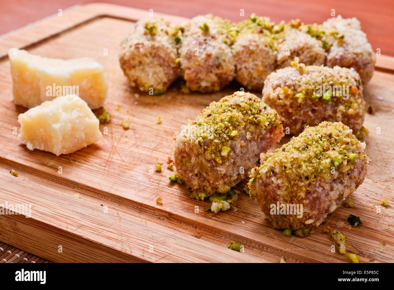 Fleisch-Röllchen mit Frischkäse und Pistazien Stockbild