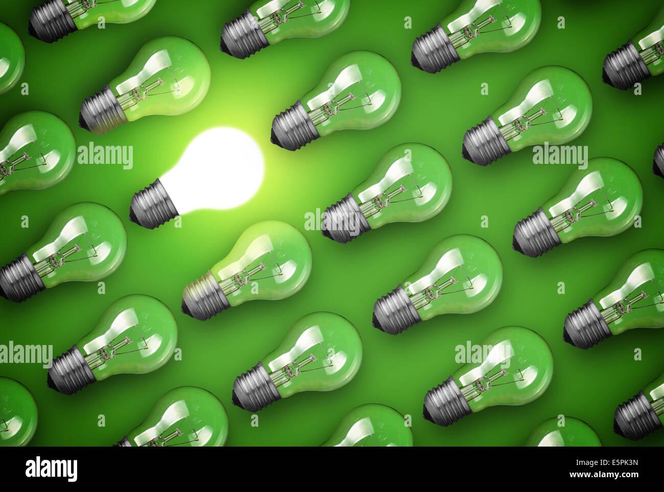 Idee-Konzept mit Glühbirnen auf grün Stockbild