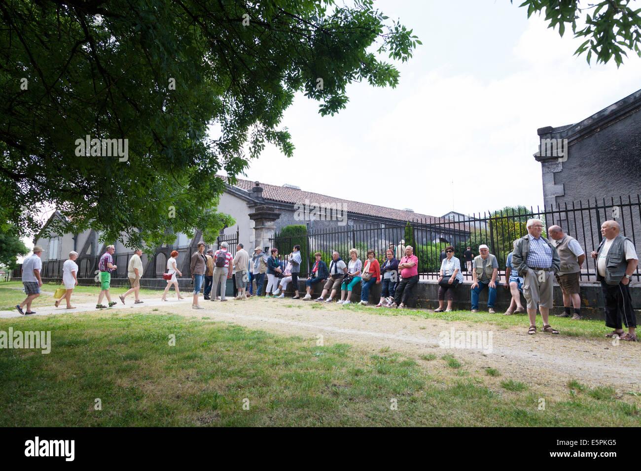 Besucher, die das Altern-Lager auf der Tour der Hennessy Räumlichkeiten. Stockbild