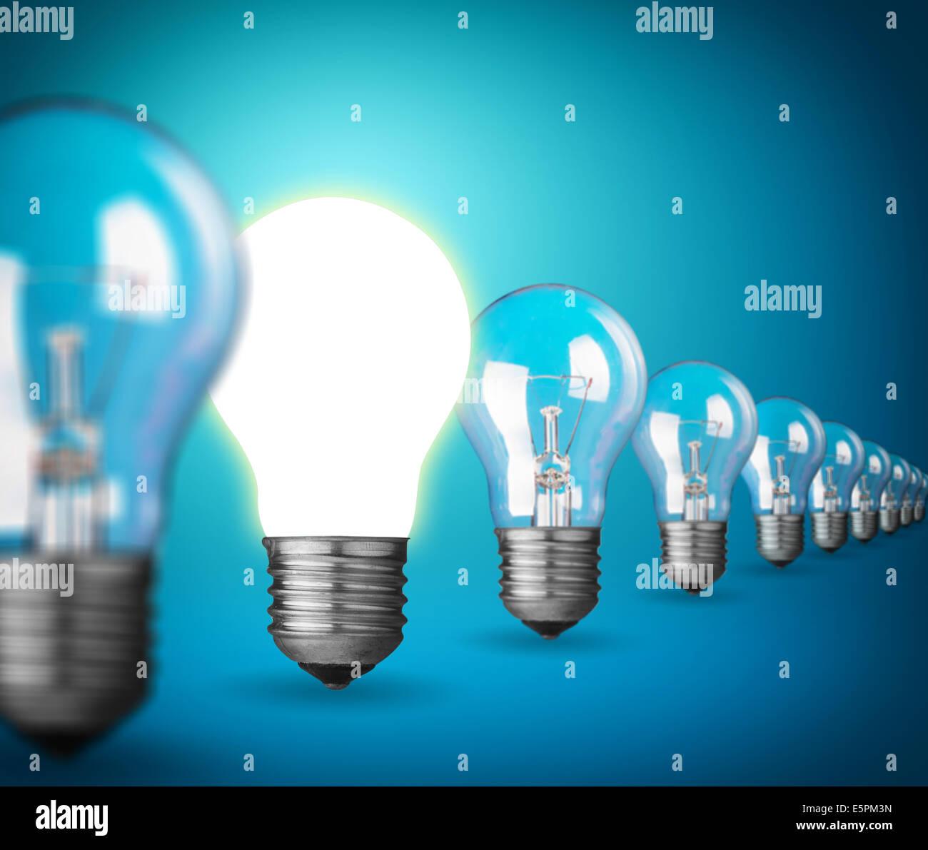 Idee-Konzept mit Glühbirnen auf blau Stockbild