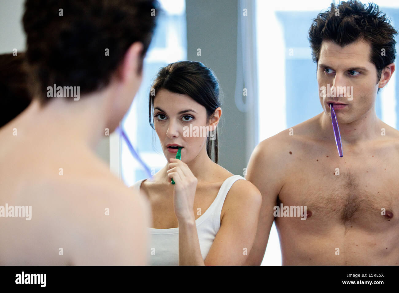 Paar, sich die Zähne putzen. Stockbild