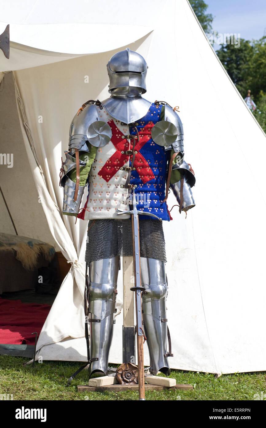 Ritter Rüstung mit Schwert stehend gegen ein weißes Zelt Stockbild