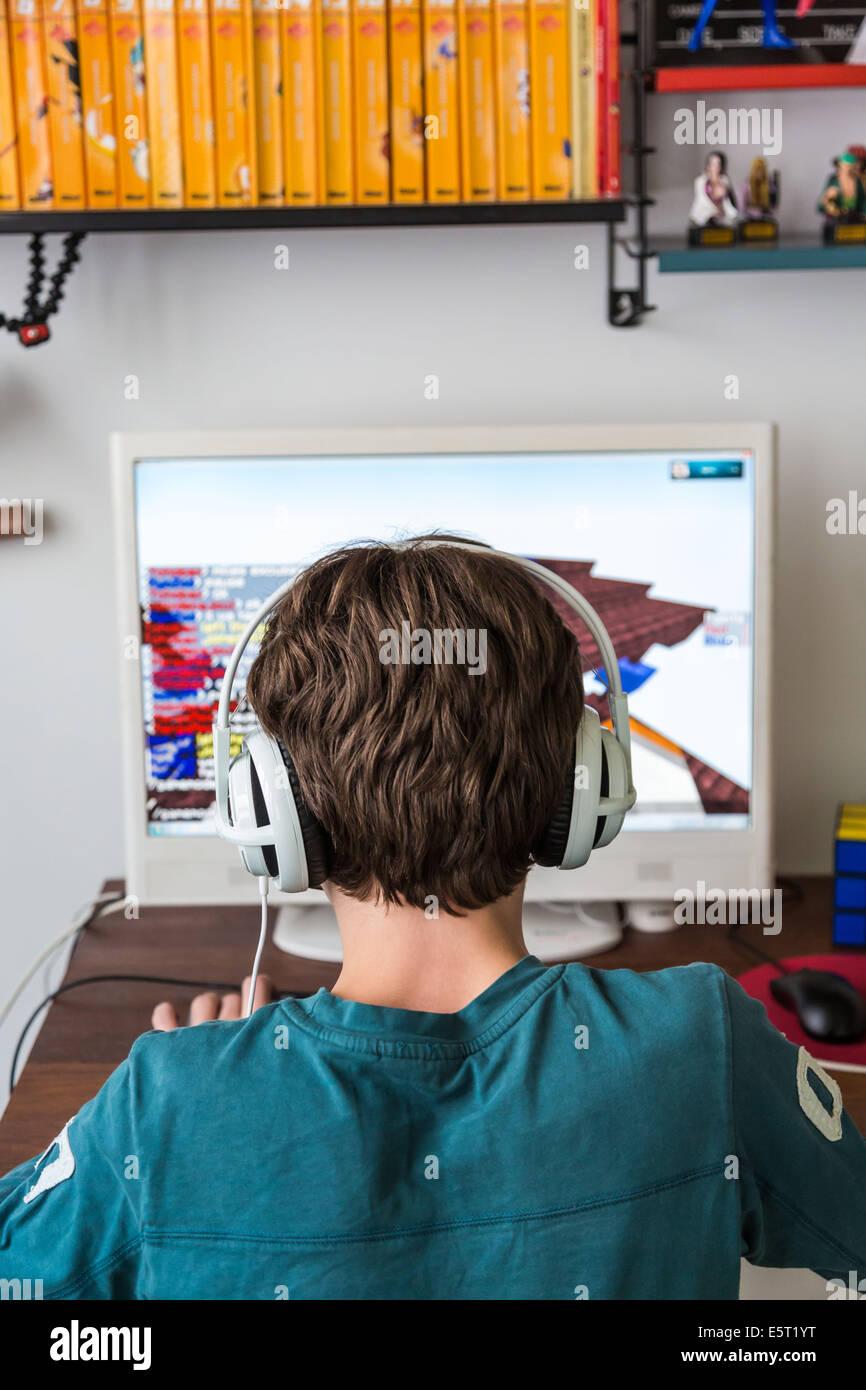 Teenager Spielen Minecraft MultiplayerOnlinespiel MMO Stockfoto - Minecraft spielen multiplayer