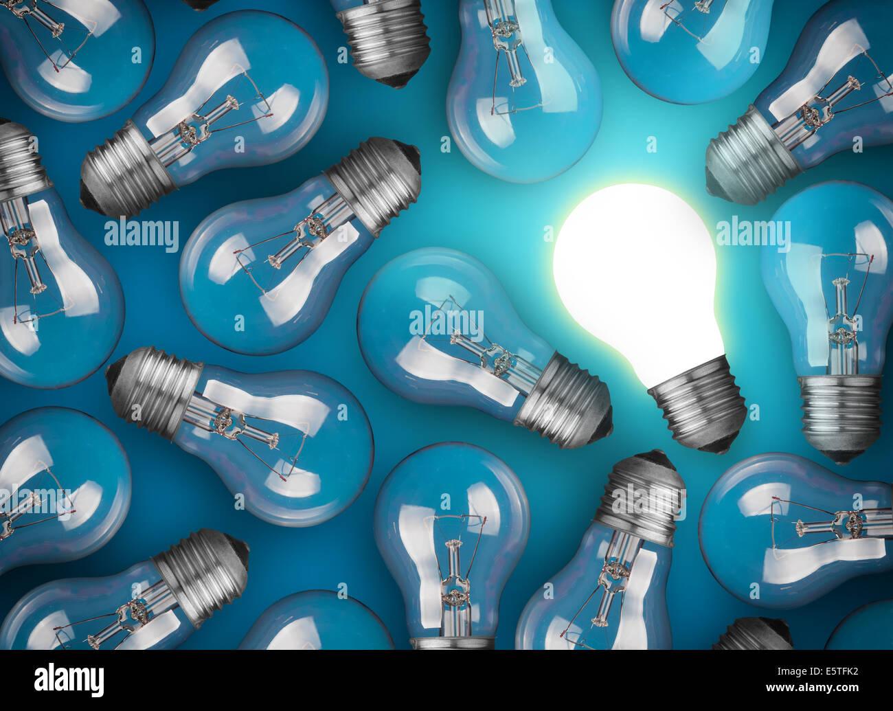 Idee-Konzept mit Glühbirnen auf blauem Hintergrund Stockbild