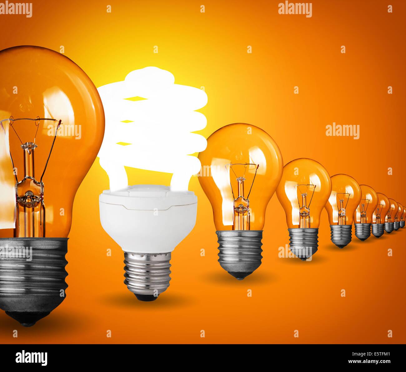 Idee-Konzept mit Glühbirnen auf orangem Hintergrund Stockbild