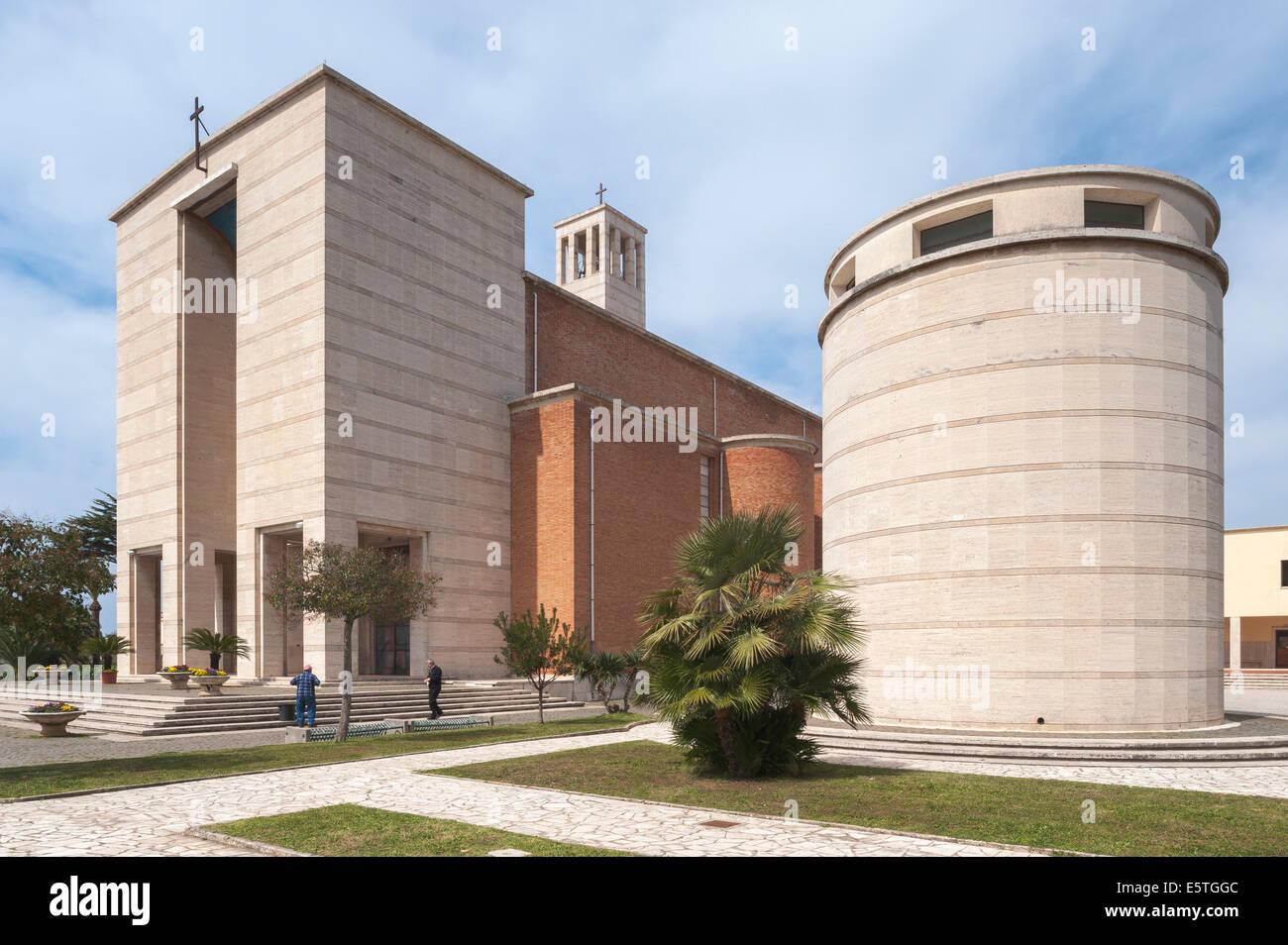 Kirche mit Turm, 1935, monumentale Architektur, Sabaudia, Latium, Italien Stockbild