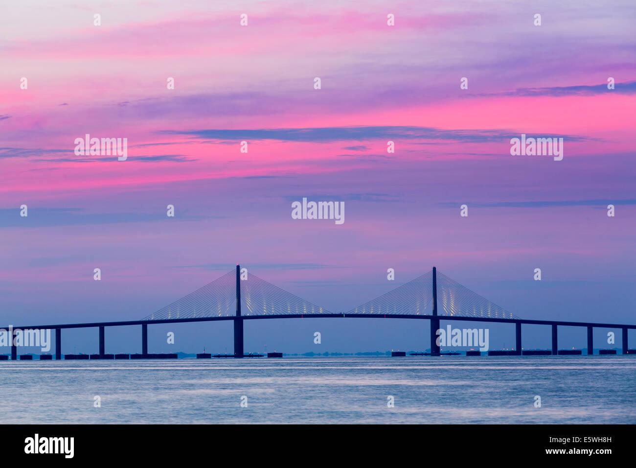 Sonnenaufgang über die Sunshine Skyway Bridge aus St. Petersburg, Florida, USA über Tampa Bay. Stockbild