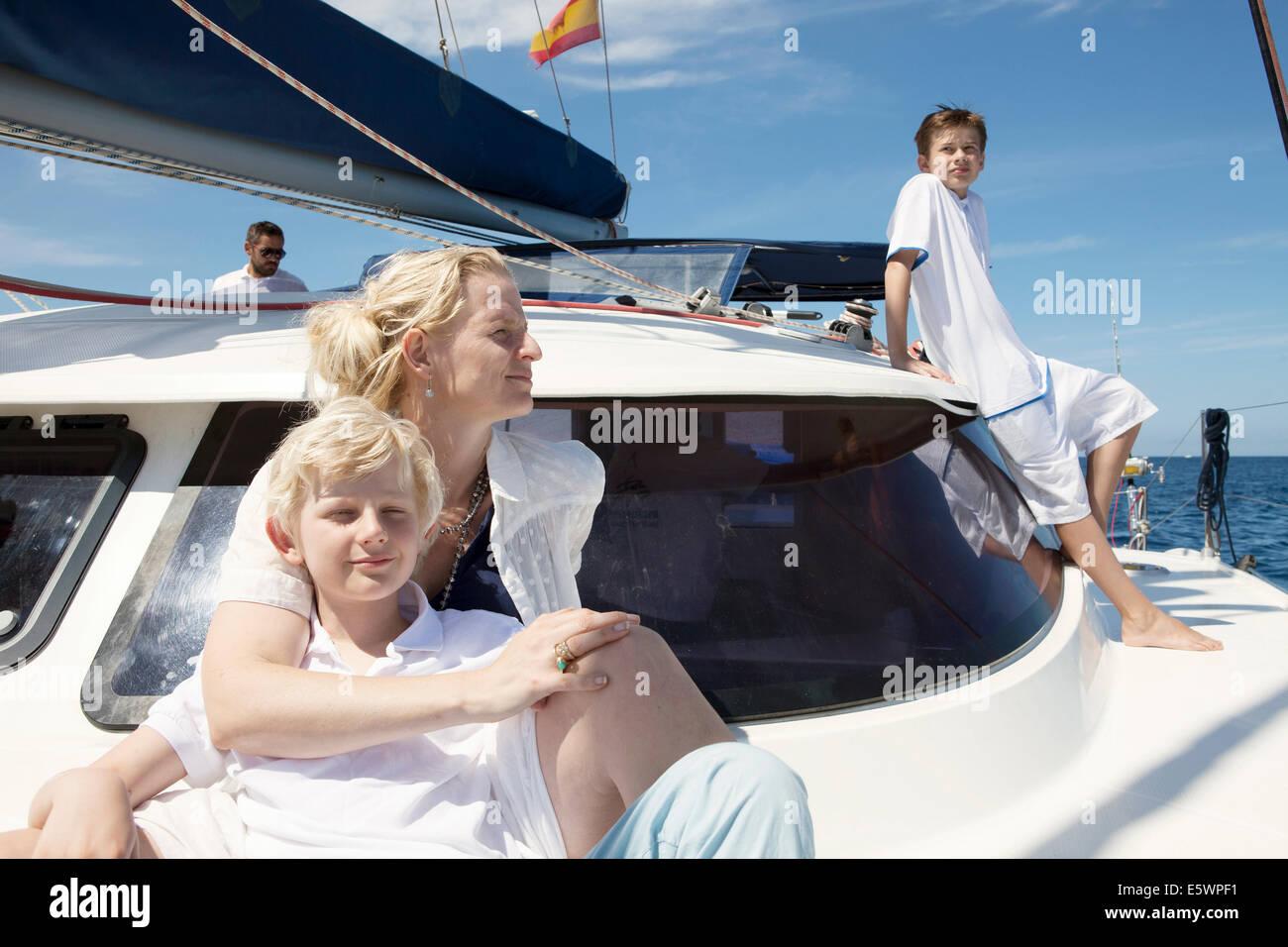Eltern und zwei Söhnen auf Katamaran Segeln in der Nähe von Fuerteventura, Spanien Stockbild