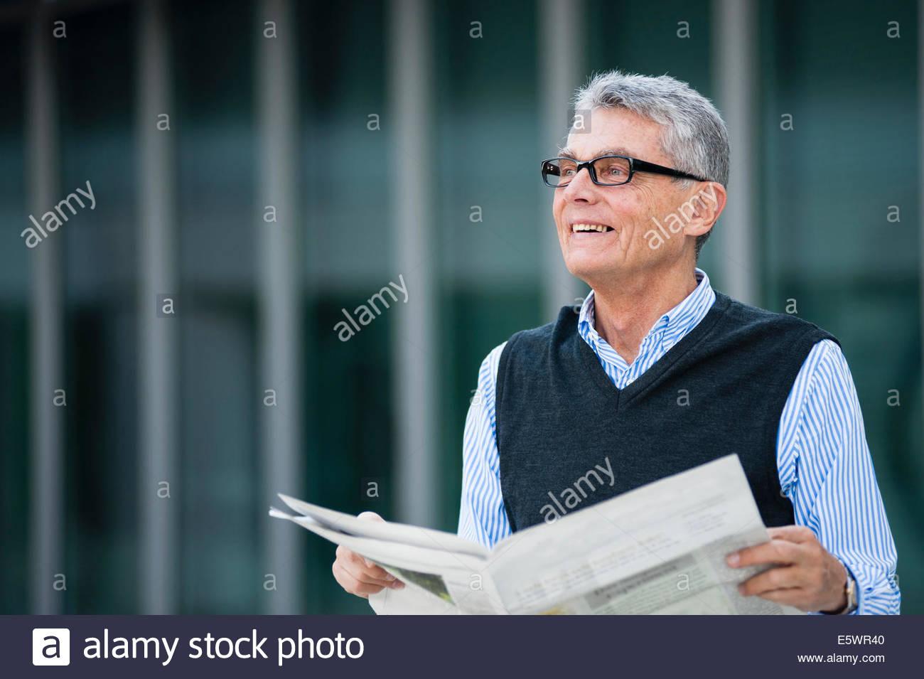 Ältere Erwachsene Geschäftsmann Notizen auf plan Stockbild