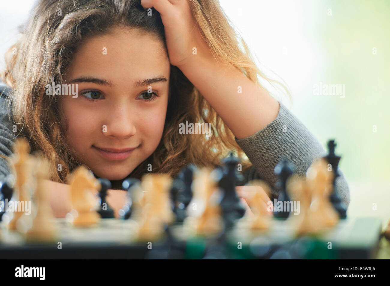 Porträt des jungen Mädchens spielt Schach Stockfoto