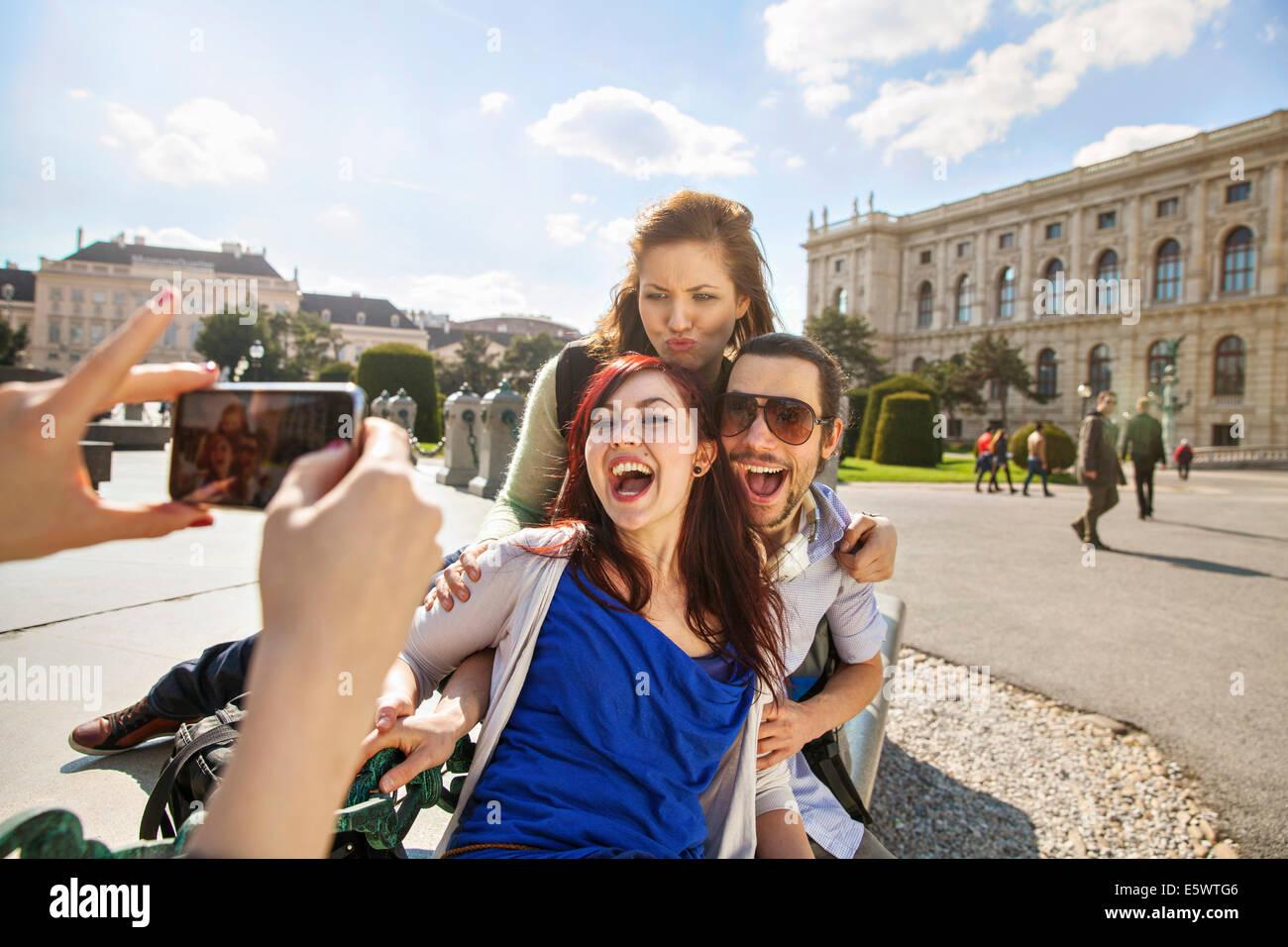 Junge Frau unter Bild von Freunden Stockbild