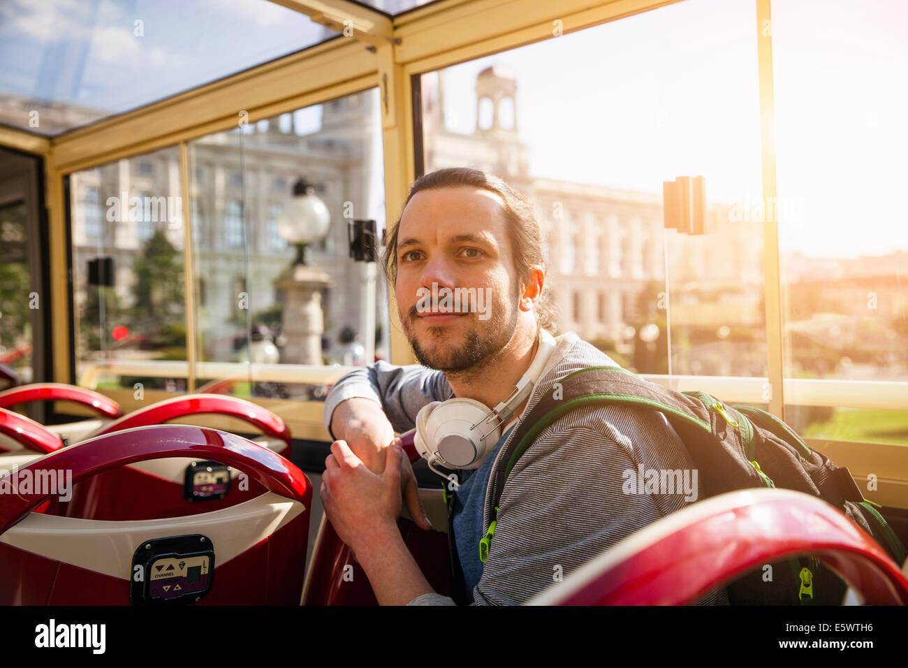 Junger Erwachsener Mann auf bus Stockfoto