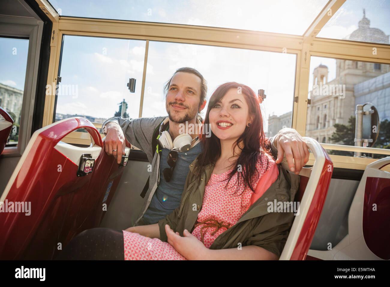Junge Erwachsene paar auf bus Stockbild