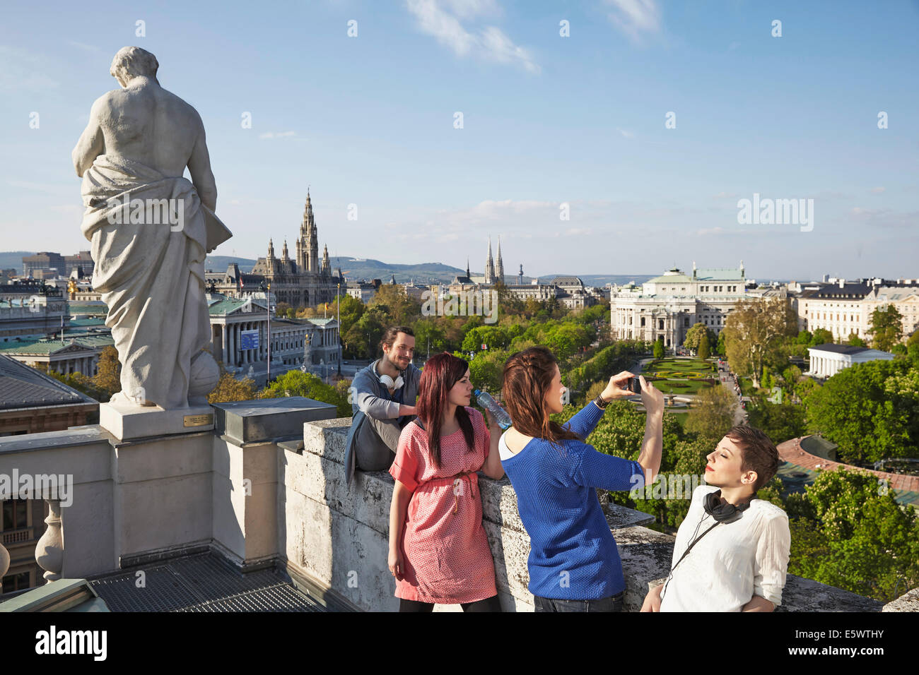 Gruppe von jungen Erwachsenen Touristen fotografieren, Wien, Österreich Stockbild