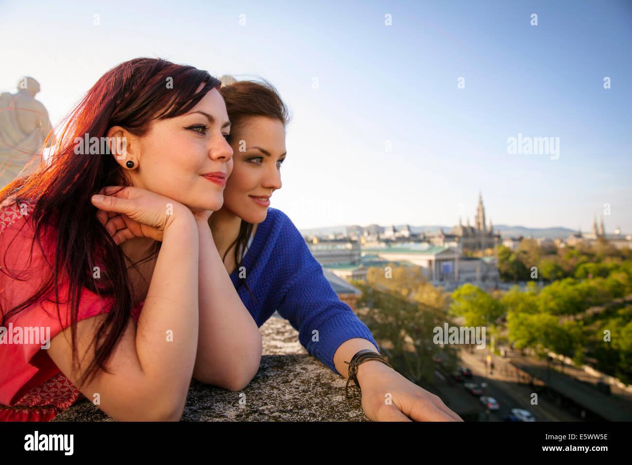 Zwei junge Erwachsene Frauen bewundern die Aussicht, Wien, Österreich Stockbild