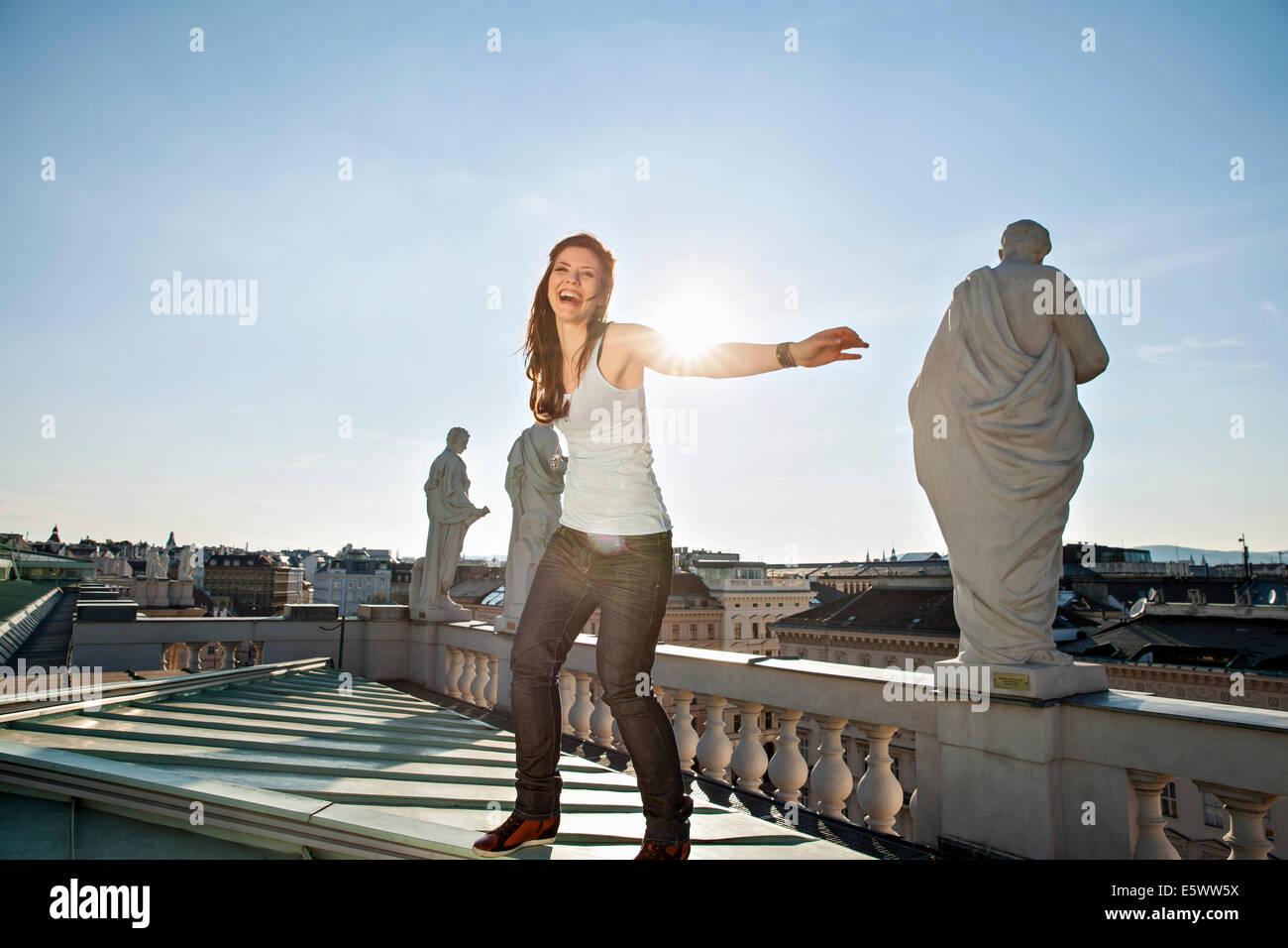Junge Frau lachend auf Dach, Wien, Österreich Stockbild