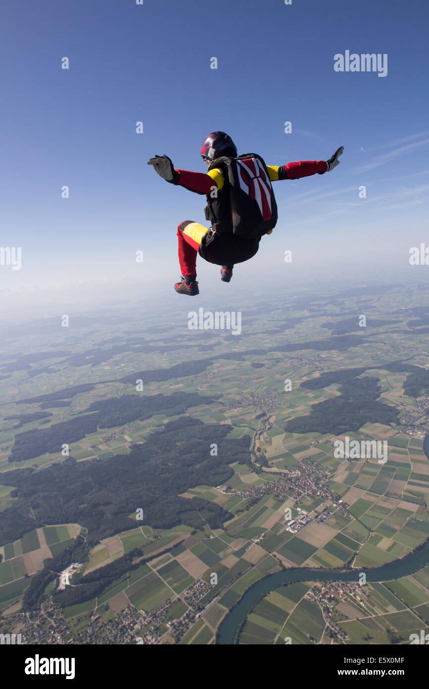 Weibliche Fallschirmspringer frei fallend über Grenchen, Bern, Schweiz Stockbild
