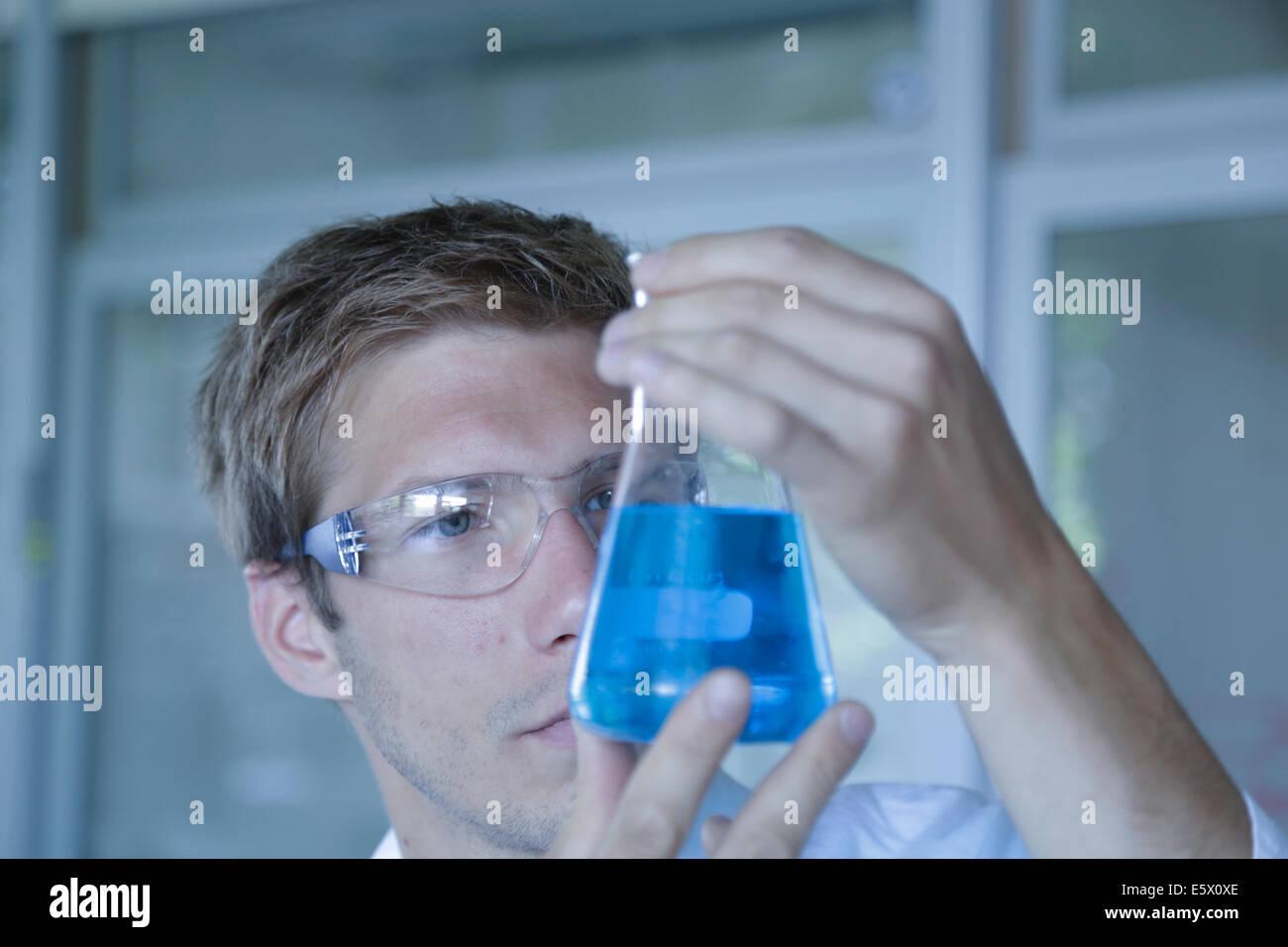 Nahaufnahme eines männlichen Wissenschaftler hält Erlenmeyerkolben im Labor Stockbild