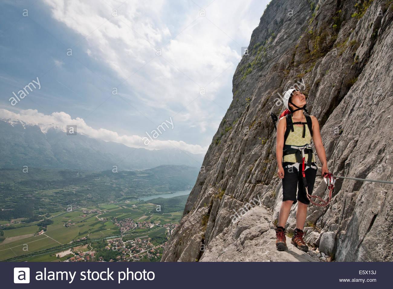 Weibliche Kletterer blickte auf die via Ferrata Che Guevara, Monte Casale, Trentino, Italien Stockbild