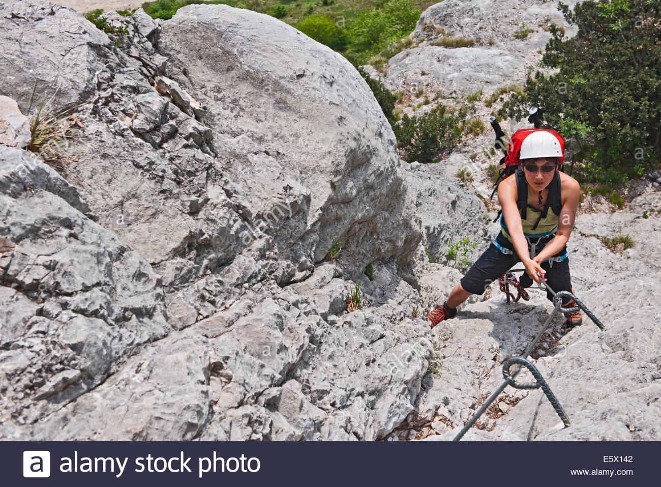 Weibliche Bergsteiger auf die via Ferrata Che Guevara, Monte Casale, Trentino, Italien Stockbild