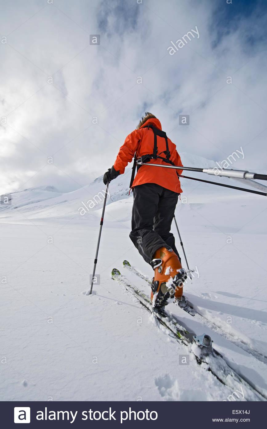 Touring Skifahrerin zieht eine Expedition Schlitten im Schnee, Oxnadalsheidi, North Island, Island Stockbild