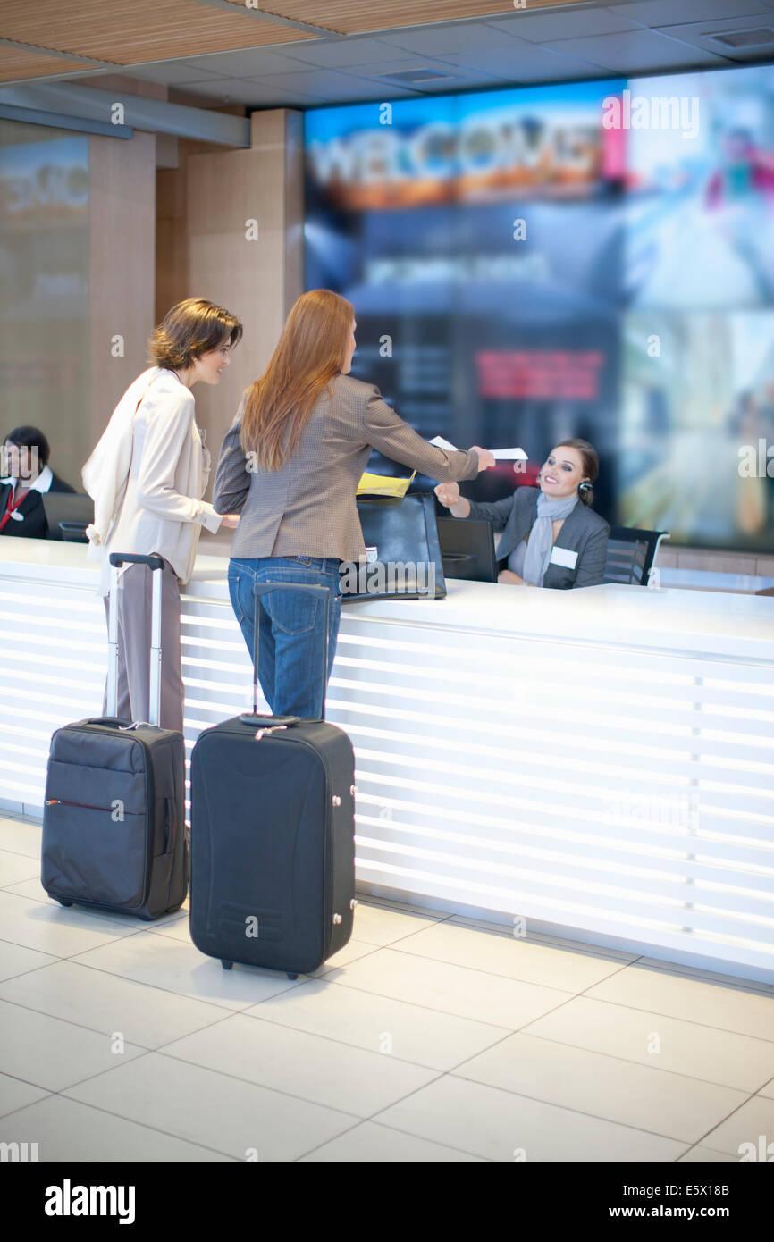 Zwei Geschäftsfrau, Check-in im Konferenzzentrum Stockbild