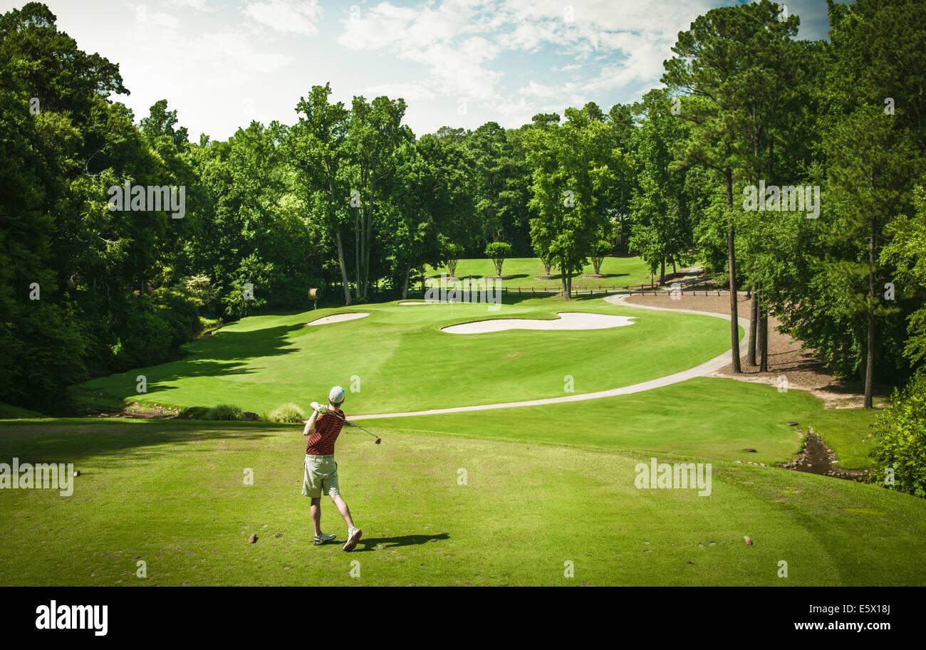 Erhöhten Blick auf junge männliche Golfer Abschlag am Golfplatz, Apex, North Carolina, USA Stockbild