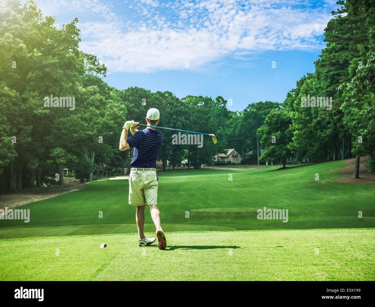 Rückansicht des jungen männlichen Golfer Abschlag am Golfplatz, Apex, North Carolina, USA Stockbild